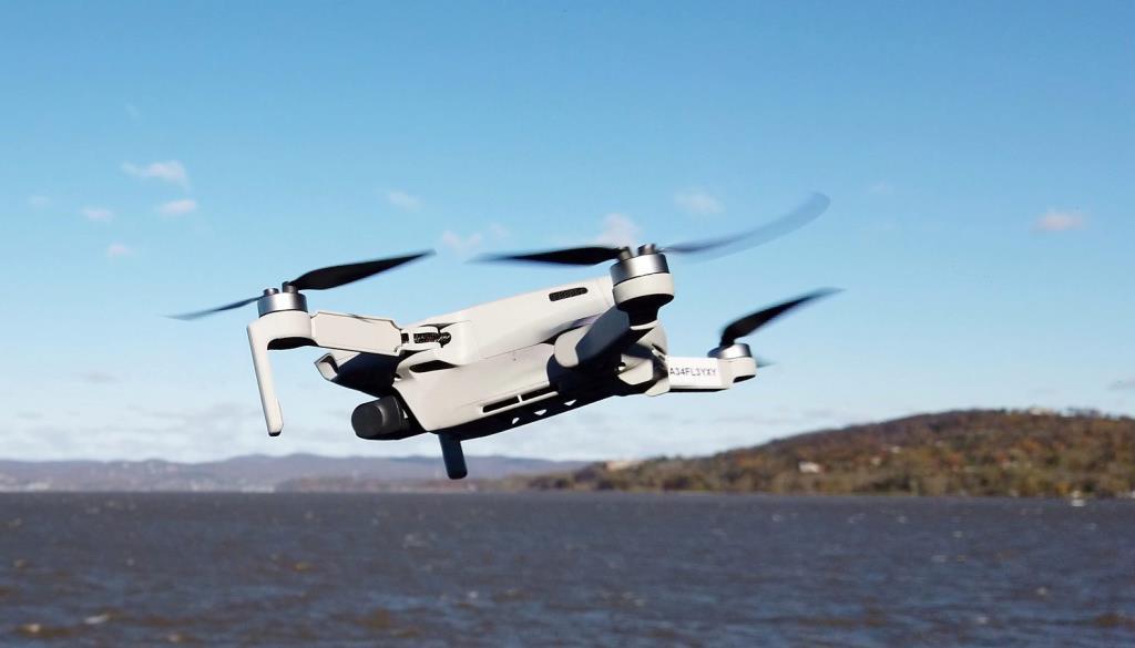 Il drone DJI Mavic Mini è ultracompatto e semplice da comandare. Offre scatti e video in full hd.